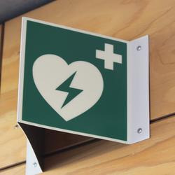 Rettungszeichen E017 AED Zeichen heartcom